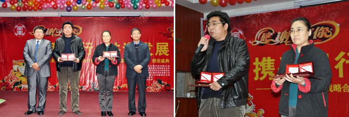 王总和张博士共同颁奖